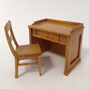 Lehrerpult und Stuhl