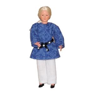 Frau im blauen Kleid und weißer Hose