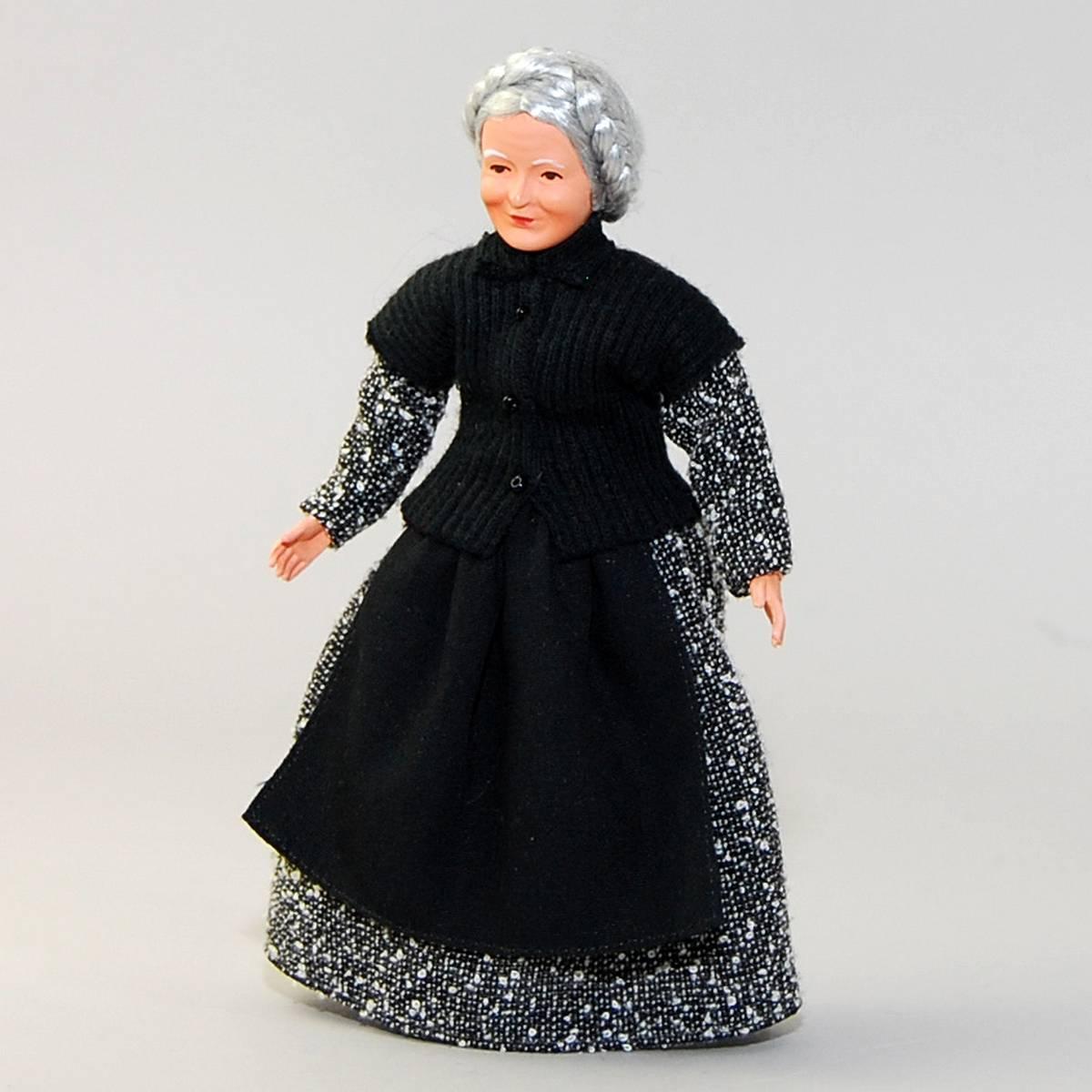 Oma im Kleid mit Schürze