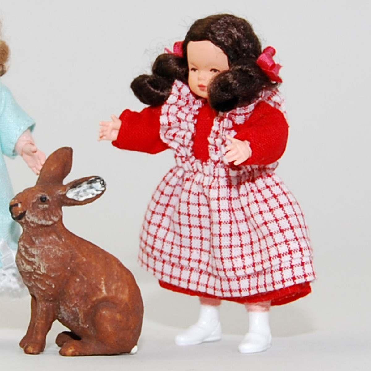 Mädchen im rot-karierten Kleid