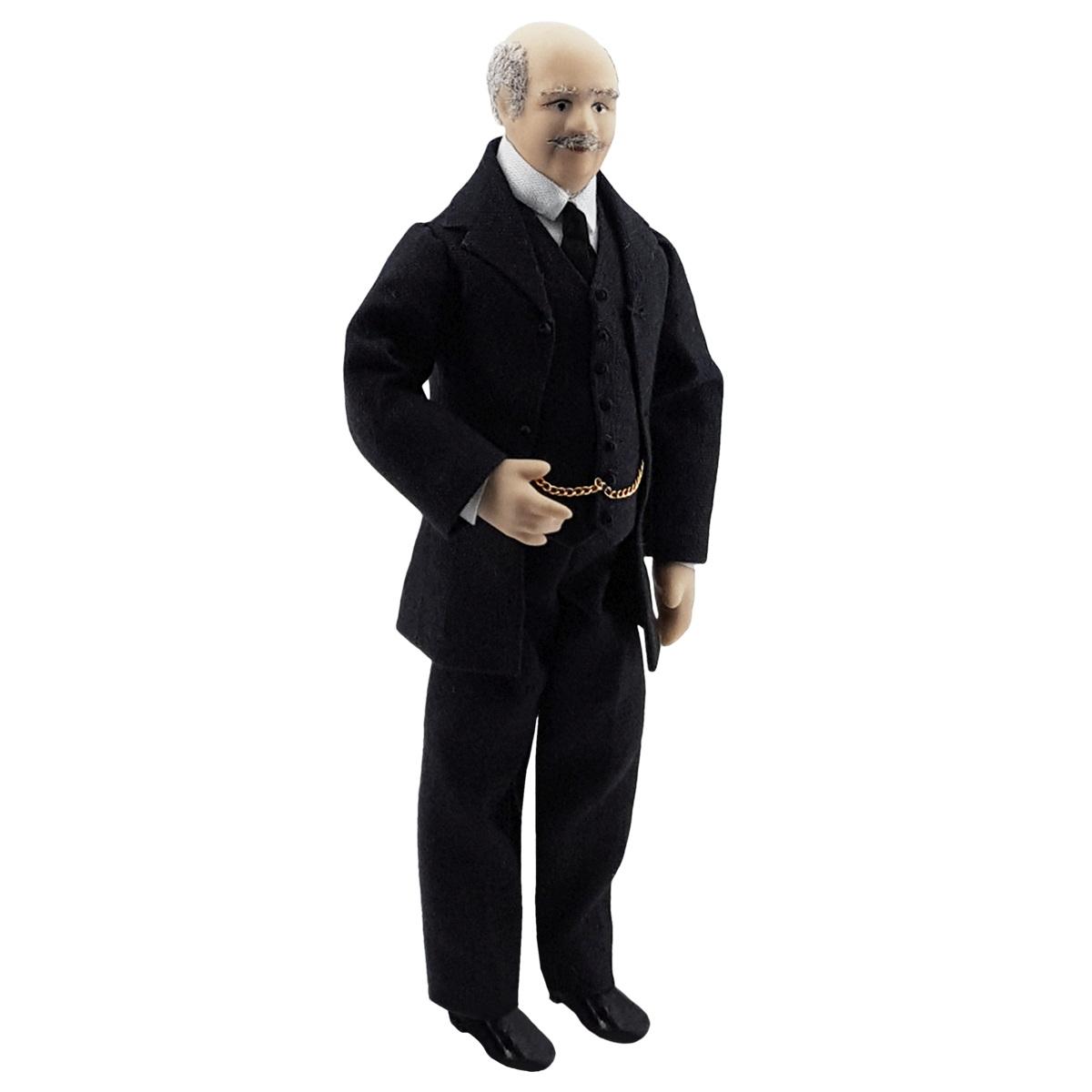 Älterer Herr im schwarzen Anzug